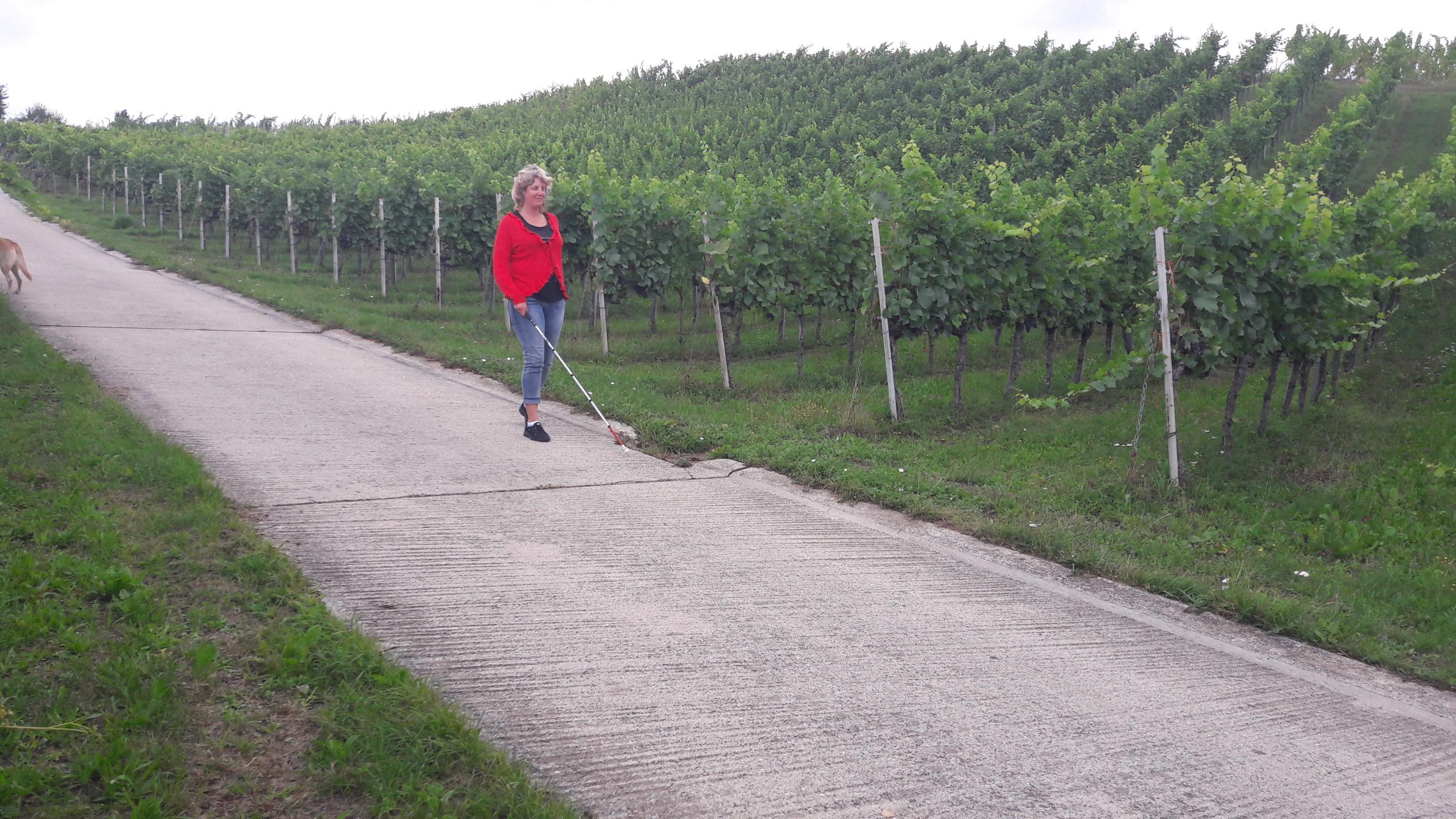 Natacha de Montmollin, aveugle, marche avec une canne