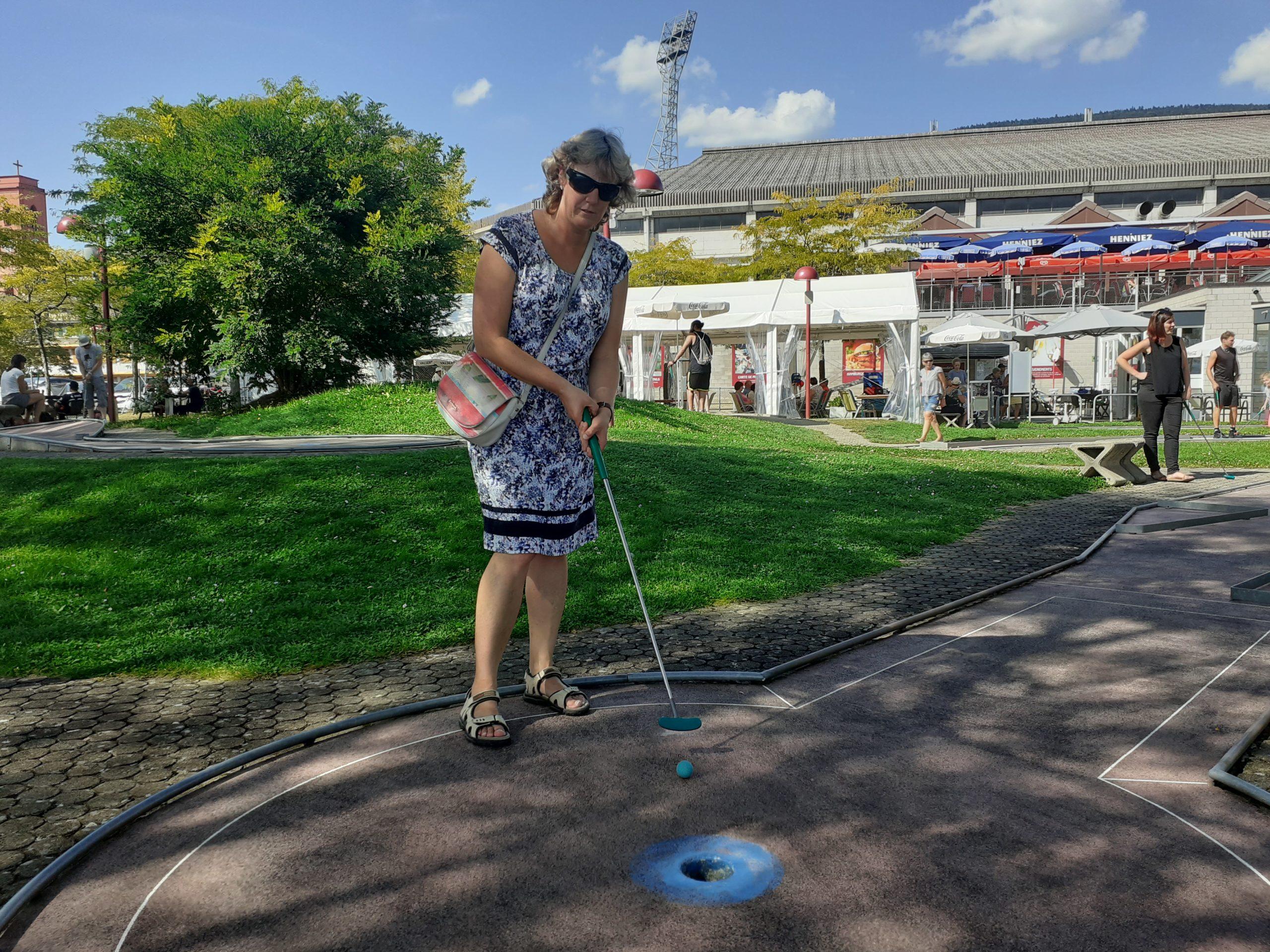 Natacha de Montmollin, aveugle, joue au mini-golf